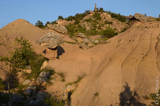 La petita vall argilosa on es troba la roca del Bolet. © Xavi Basora