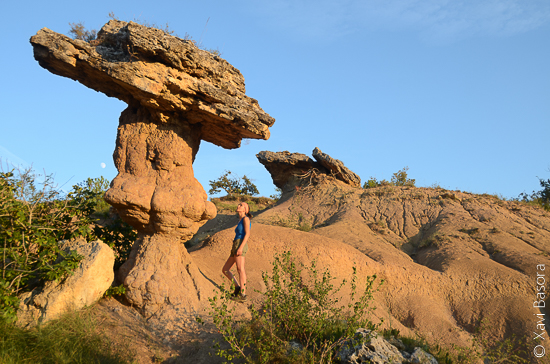 El sol d'un capvespre d'estiu encén les terres argiloses de la roca del Bolet. © Xavi Basora.