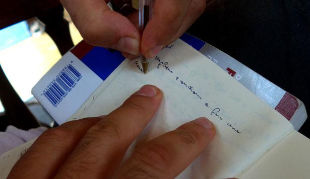 Prenent notes en una llibreta de paper